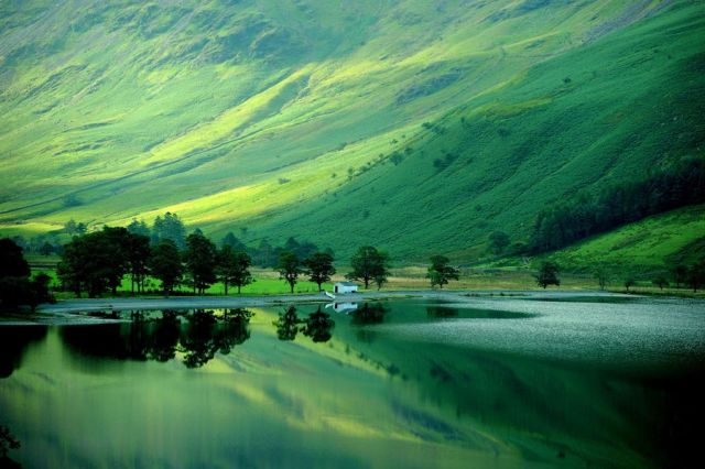 Early-autumn-reflections-in-Buttermere-in-the-Lake-District-in-Cumbria